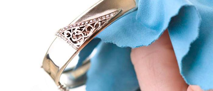 Limpiar joyas de oro blanco